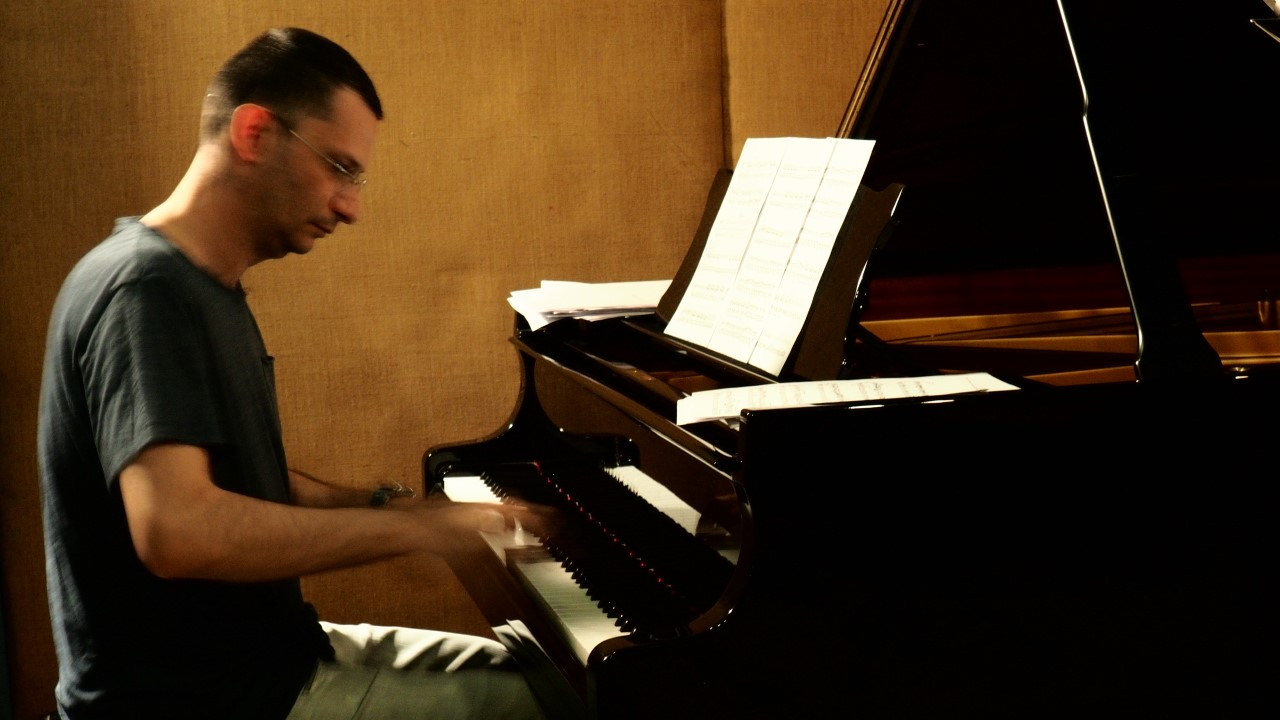 Spiros Deligiannpoulos Playing the piano